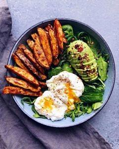 Śniadanie – jajko na miękko, awokado, kliny ze słodkich ziemniaków i warzywa